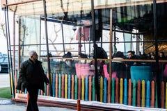 Винтажное окно ресторана с красочными штарками и зонтиком Стоковая Фотография