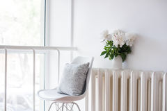 Винтажное домашнее украшение, свежие пионы и стул дизайнеров с стоковое изображение