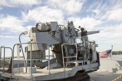 Винтажное оружие WWII установило на палубе корабля свободы Стоковое Изображение