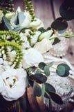 Винтажное оформление свадьбы, букет белых цветков и свечи Стоковое Фото
