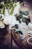 Винтажное оформление свадьбы, букет белых цветков и свечи Стоковая Фотография RF
