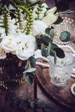 Винтажное оформление свадьбы, букет белых цветков и свечи Стоковые Фото