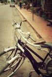 Винтажное перемещение велосипеда отдыхая в улице города Стоковые Фотографии RF