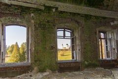 Винтажное поместье Otrada-Semenovskoe отсчета, область Москвы, Россия С 1774 Совершенно разрушенный и покинутый Взгляд от стоковая фотография rf