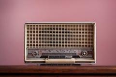 Винтажное радио на розовой предпосылке Стоковая Фотография