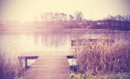 Винтажное ретро тонизированное изображение озера в осени стоковое изображение rf