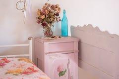 Винтажное ретро nightstand и кровати Условия в сельской комнате Стоковая Фотография