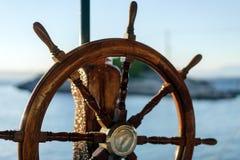 Винтажное рулевое колесо шлюпки стоковые изображения rf