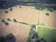 Винтажное сено связки поля прерии обрабатываемой земли Техаса взгляда на солнечный день Стоковые Фотографии RF