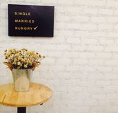 Винтажное серебряное ведро и сухой цветок в белой кирпичной стене Стоковые Изображения RF