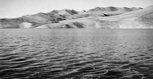 Винтажное сетноое-аналогов фото фильма дезертированных гор над озером Стоковая Фотография RF