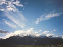 Винтажное сетноое-аналогов фото фильма долины Zanskar с высокими горами Стоковая Фотография RF