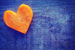 Винтажное стилизованное сердце сделанное моркови на предпосылке grunge стоковые фото
