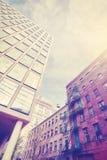 Винтажное стилизованное фото старой и новой архитектуры в Dumbo, NY стоковые фотографии rf