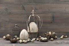 Винтажное украшение пасхи затрапезный шикарный натюрморт стоковая фотография rf