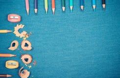 Винтажное фото, аксессуары школы, назад к концепции школы, космос экземпляра для текста на предпосылке джинсов Стоковые Фото