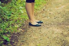 Винтажное фото конца вверх ног девушки идя в лес Стоковое Изображение