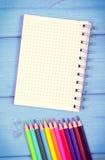 Винтажное фото, красочные crayons и блокнот на досках, аксессуарах школы, космосе экземпляра для текста Стоковые Изображения RF