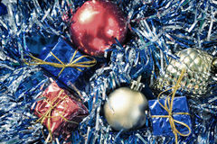 Винтажное фото орнамента рождества Шарики рождественской елки и обернутые подарочные коробки Стоковые Изображения RF