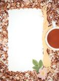 Винтажное фото, рамка высушенных одичалых лепестков розы и зерна чая, чашка чаю, космос экземпляра для текста Стоковые Изображения