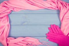 Винтажное фото, рамка перчаток и шали для женщины, одежда на осень или зима, космос экземпляра для текста Стоковые Изображения