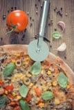 Винтажное фото, резец пиццы с вегетарианской пиццей, ингридиенты и специи на деревянной доске Стоковая Фотография RF