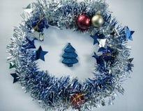 Винтажное фото рождества Венок голубой ленты и игрушка ели тонизировали фото bluets Стоковое Фото