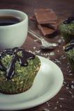 Винтажное фото, свежая булочка с шпинатом, desiccated кокос, полива шоколада и чашка кофе, очень вкусный здоровый десерт Стоковое фото RF