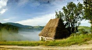 Винтажное фото старого дома в горах в восходе солнца Стоковое фото RF