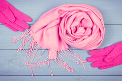 Винтажное фото, шерстяные перчатки и шаль для женщины на досках, одежда на осень или зима Стоковые Изображения