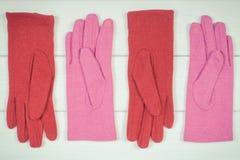 Винтажное фото, шерстяные womanly перчатки на досках, одежда на осень или зима Стоковое Фото