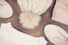 Винтажное фото, Womanly розовые кожаные ботинки, брюки, свитер и крышка стоковые изображения