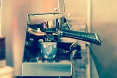 Винтажное эспрессо стиля будучи нарисованным из профессионального кофе Стоковые Изображения RF