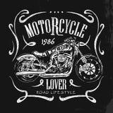 Винтажной футболка вектора мотоцикла нарисованная рукой Иллюстрация вектора