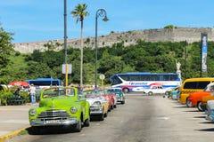 Винтажные автомобили в месте для стоянки, Кубе, Гаване Стоковое Изображение