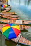 Винтажные азиатские полоща шлюпки с красочными парасолями в озере Стоковые Фотографии RF