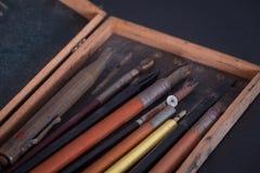 Винтажные аксессуары школы, чертить и рисовать стоковые изображения