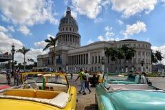 Винтажные американские автомобили и капитолий в Гаване Стоковое Фото