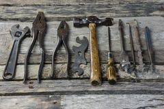Винтажные античные ручные резцы на старом стенде работы Стоковое фото RF