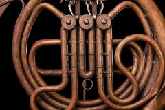 Винтажные бронзовые трубы, клапан, рожок ключевых механически элементов французский, черная предпосылка Хорошая картина, проворна стоковое фото rf