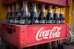 Винтажные бутылки кока-колы в красной пластичной коробке, Стоковые Фотографии RF