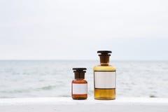 Винтажные бутылки медицины на предпосылке моря Стоковые Изображения RF