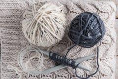 Винтажные вязать иглы и пряжа на деревянной предпосылке/естественном w Стоковая Фотография