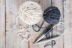 Винтажные вязать иглы и пряжа на деревянной предпосылке/естественном w Стоковые Фотографии RF