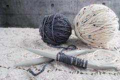 Винтажные вязать иглы и пряжа на деревянной предпосылке/естественном w Стоковая Фотография RF