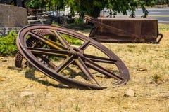 Винтажные гигантские колеса минирования & заржаветая минируя несущая тележки руды Стоковые Фотографии RF