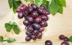 Винтажные голубые виноградины на старой деревянной доске в деревенском copyspace стиля Стоковые Фотографии RF