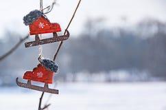 Винтажные декоративные красные коньки на предпосылке зимы стоковые изображения rf