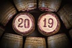 Винтажные деревянные бочонки lotto с 2 20 и 19 как символ 2019 Новых Годов стоковое фото