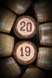 Винтажные деревянные бочонки lotto с 2 20 и 19 как символ 2019 Новых Годов стоковое изображение rf